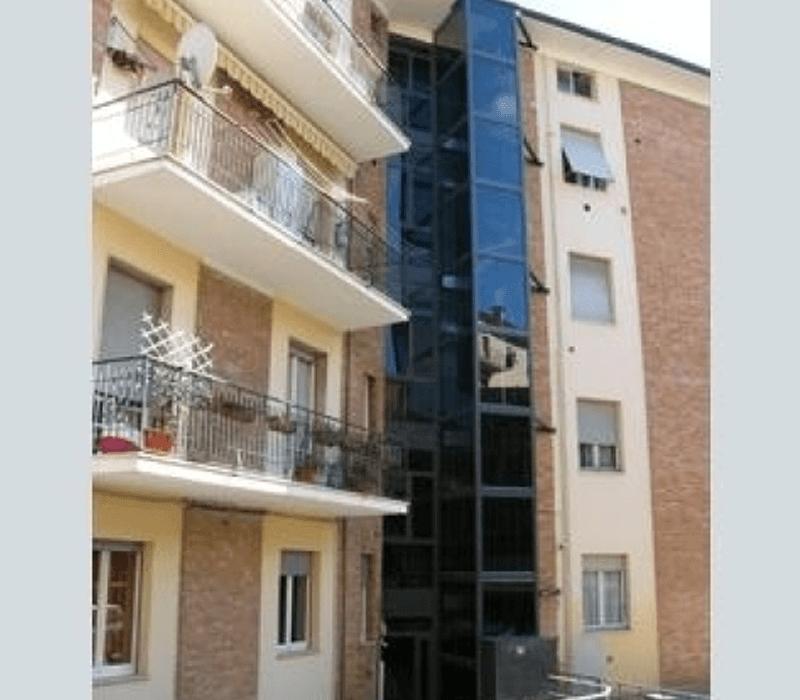Esterno con ascensore a muro