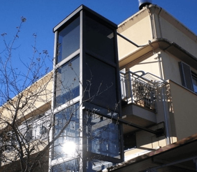 Dettaglio esterno minilift in vetro