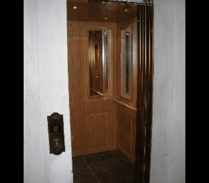 Ascensore classico in legno