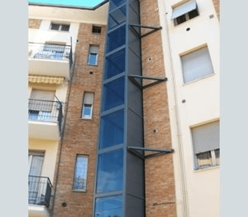 Dettaglio esterno con ascensore a muro