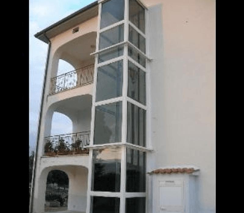Vista a tre quarti minilift esterno a muro