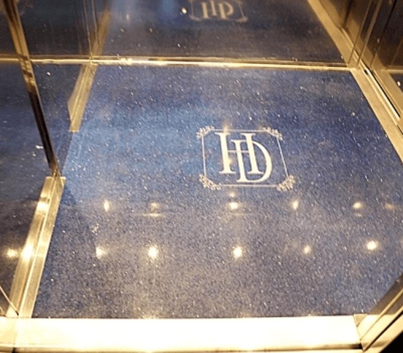 Dettaglio pavimento minilift con logo