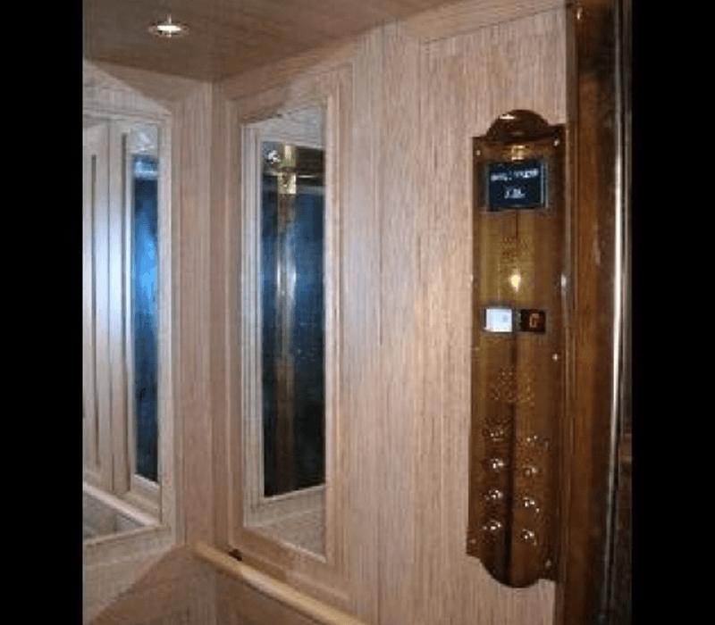 Ascensore in legno con pannello classico