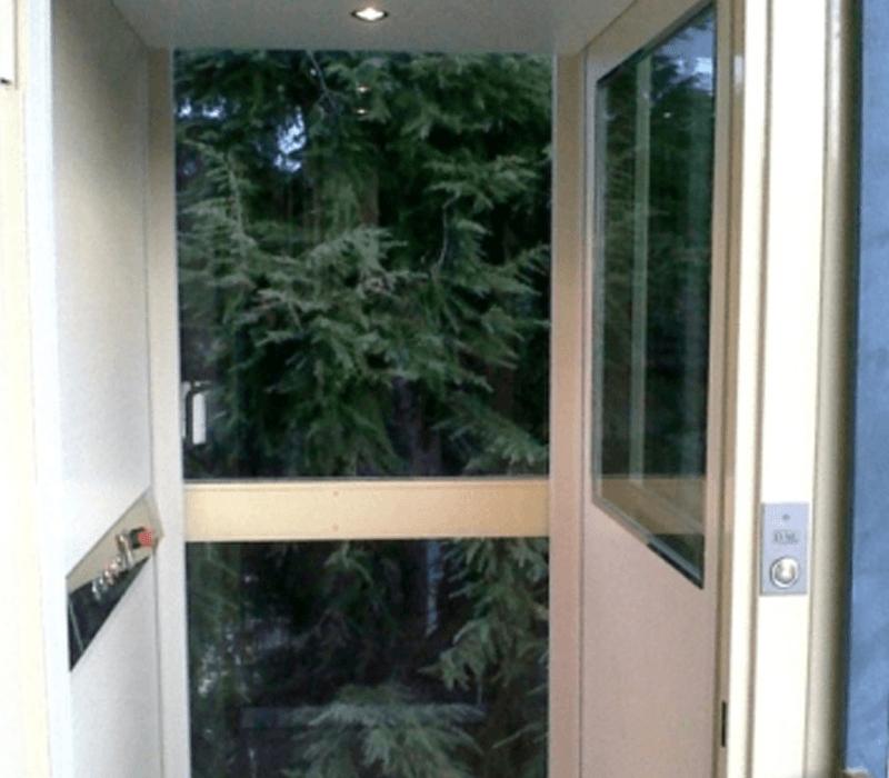 Vista frontale minilift in vetro