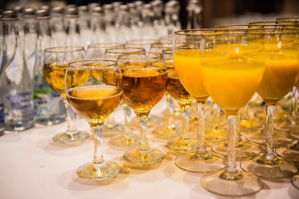 Bicchieri con succo d'arancia e bicchieri con mosto