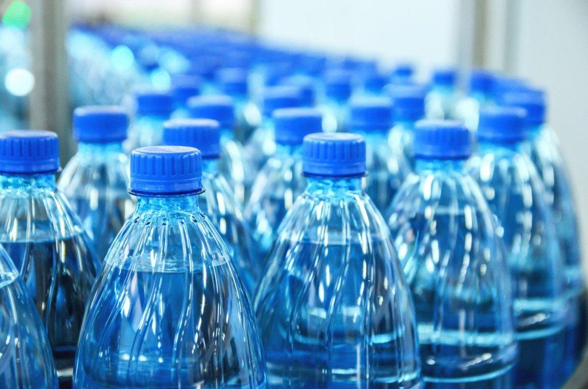 Bottiglie di acqua di plastica in nastro trasportatore