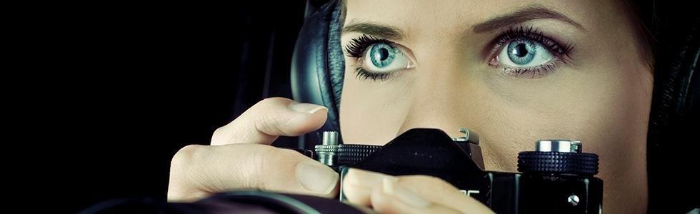 primo piano degli occhi di una donna con una macchina fotografica