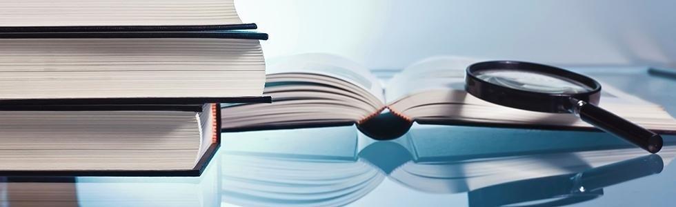 Libri e una lente di ingrandimento