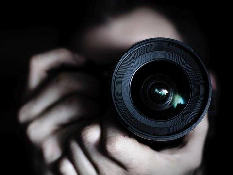 Primo piano dell'obbiettivo di una macchina fotografica