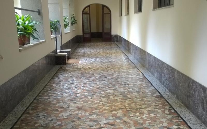 pavimento corridoio granito
