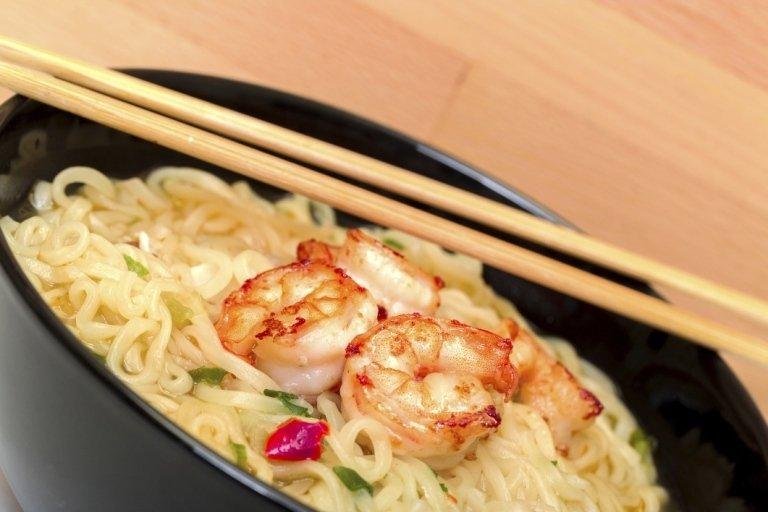 zuppa noodle con gamberetti