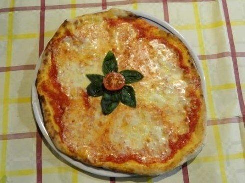 pizza pomodoro mozzarella e basilico