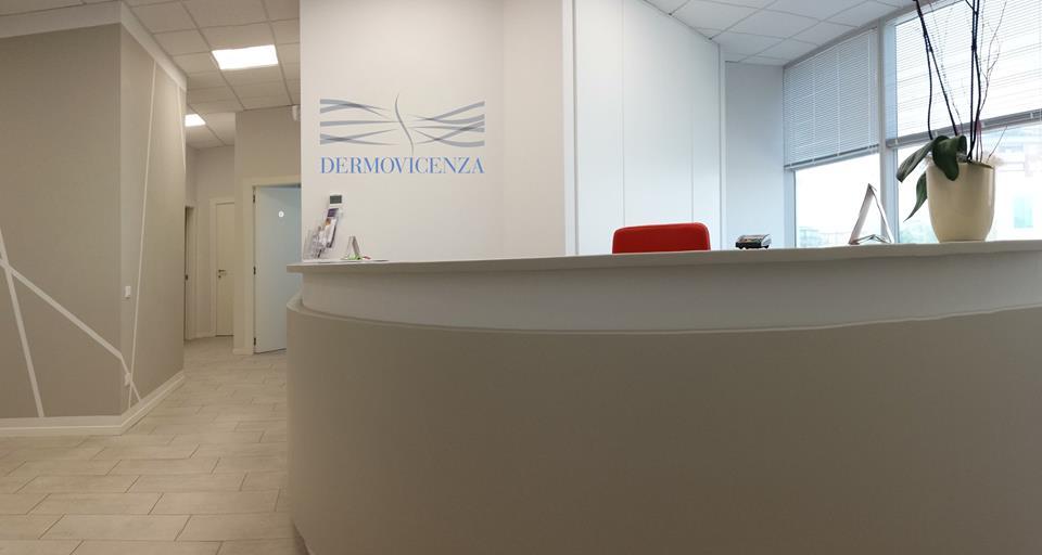 vista di un bancone e dietro dei vetri in un ufficio