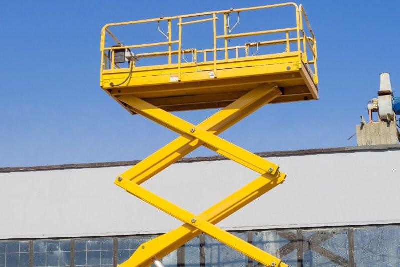 una piattaforma elevatrice gialla per traslochi