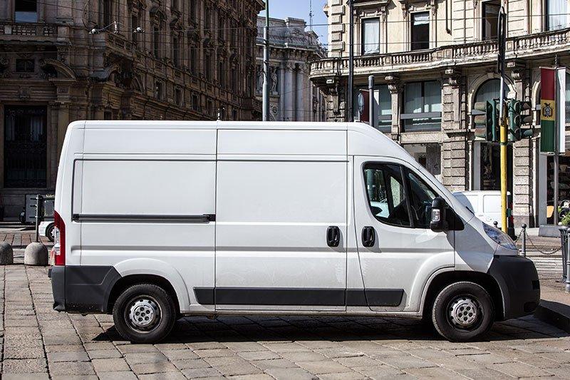 un furgone bianco parcheggiato in una piazza