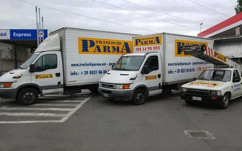 due camion e un altro mezzo per traslochi