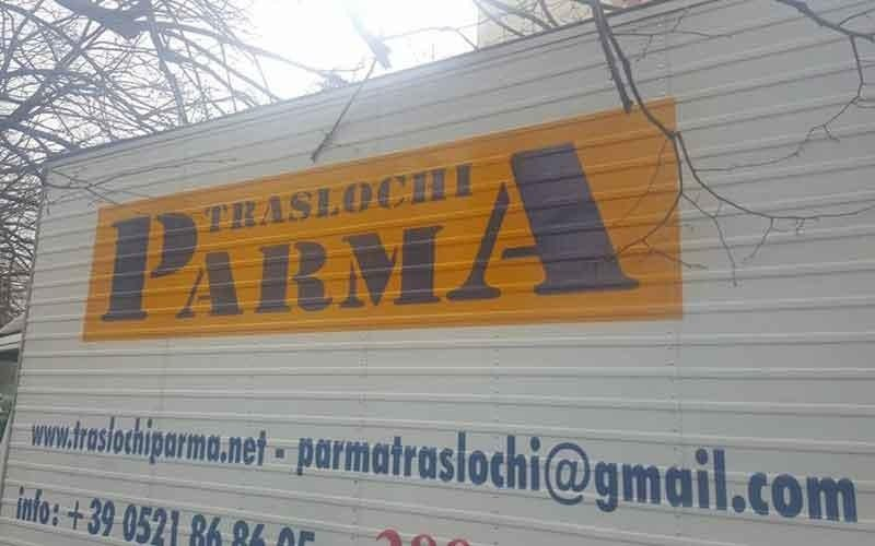 il logo Traslochi parma e le informazioni di contatto dipinte sul rimorchio