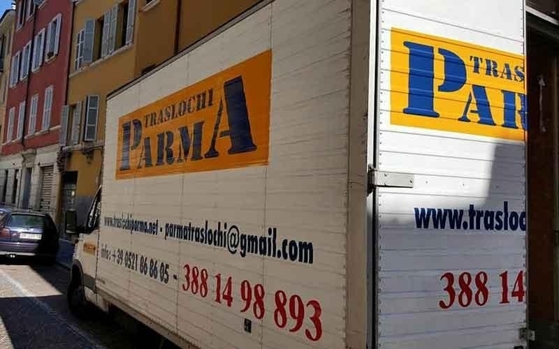 il rimorchio del camion dei Traslochi Parma visto da dietro