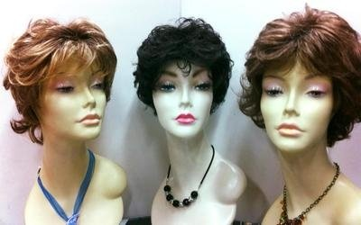 assortimento di parrucche