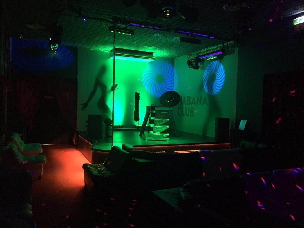 palco con  luci verde