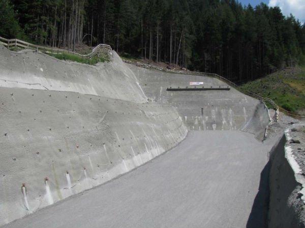 parete chiodata a traforo a lato di autostrada