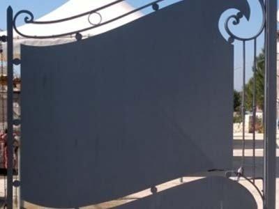 cancello con decorazione in ferro battuto