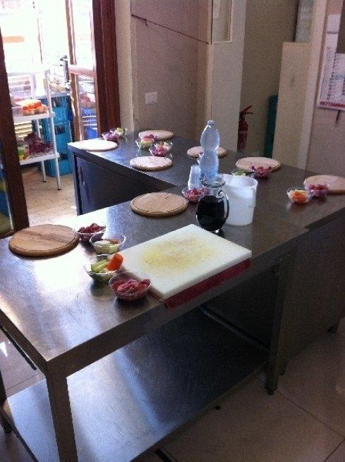 il tavolo pronto per la lezione di cucina