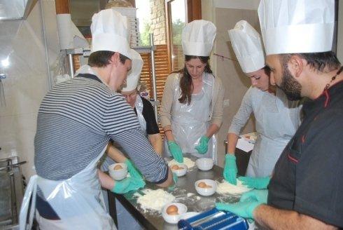 Gli allievi della scuola di cucina