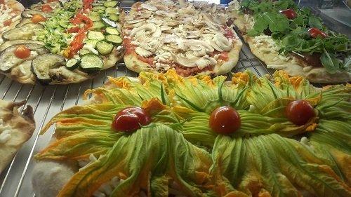 Diverse pizze con melanzane,rucola,fiori di zucca,pomodoro,funghi e formaggio