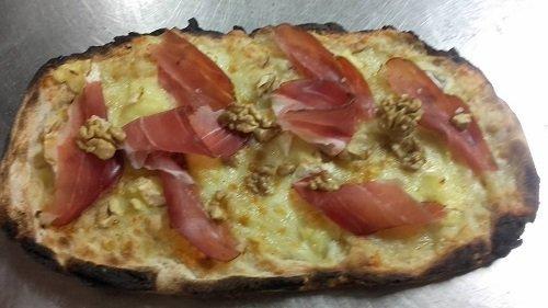 Pinsa romana di prosciutto,noci e formaggio