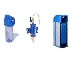 una borraccia trasparente con il tappo blu, ricambio e una bomboletta blu sulla destra per la microfiltrazione dell'acqua