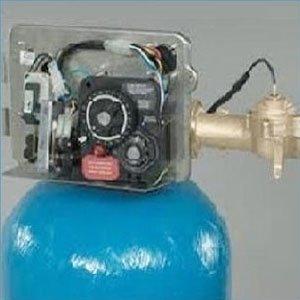 vista del meccanismo interno di un dispositivo attaccato a una bombola blu per la microfiltrazione dell'acqua