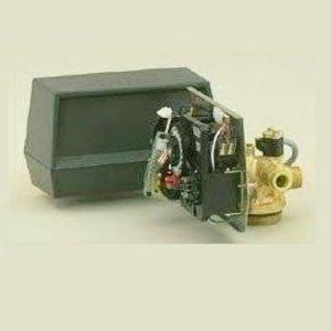 vista dei componenti interni di un dispositivo nero  con un tubo dorato e dietro una scatola nera di plastica