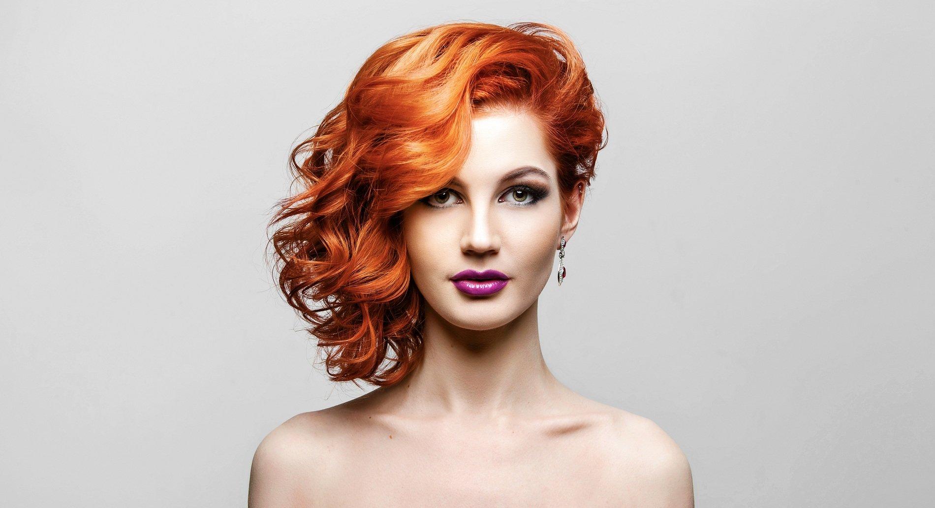 una ragazza con capelli arancioni mossi