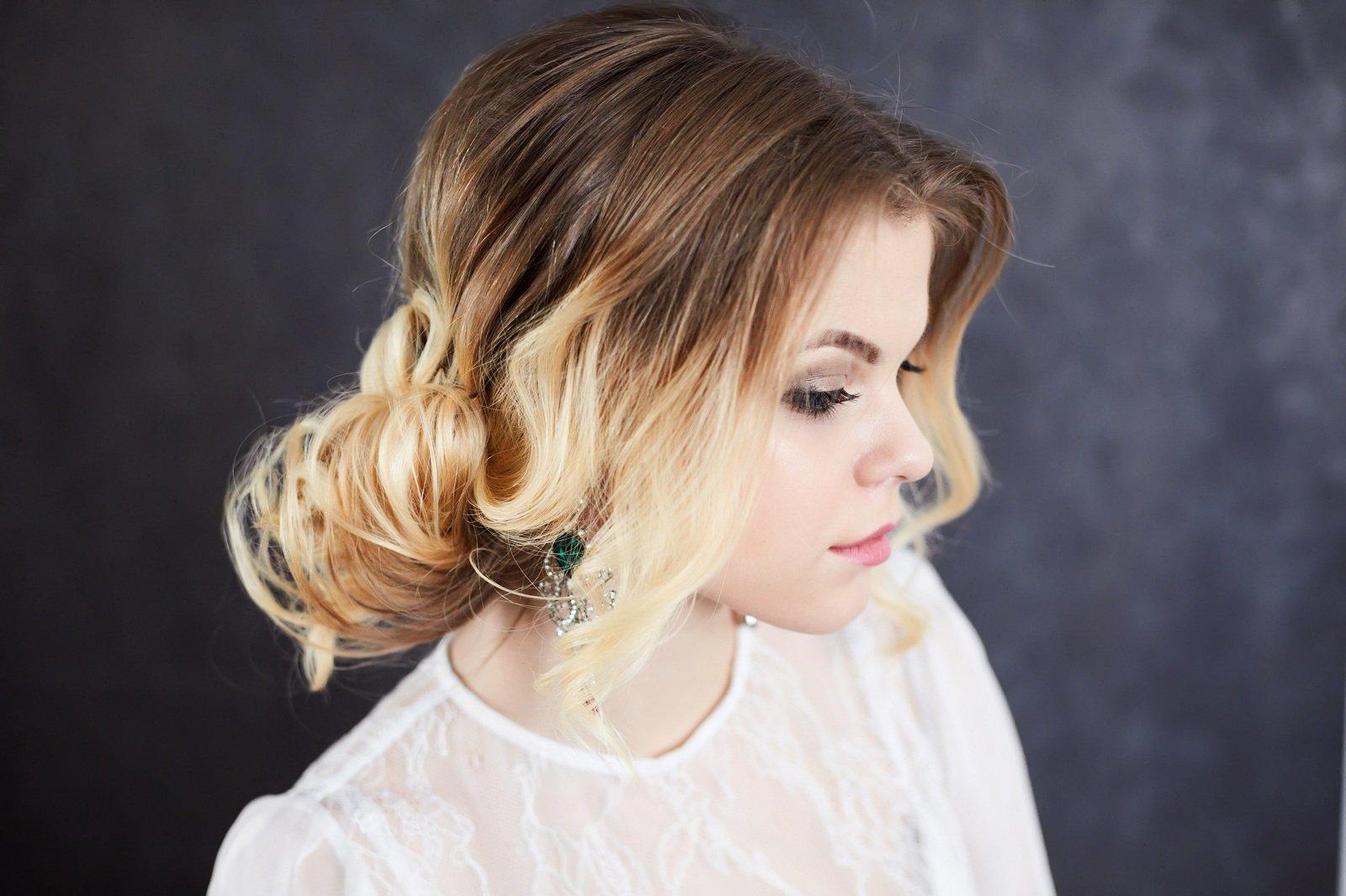 una ragazza con capelli castani con meches bionde