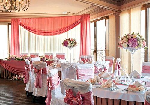dei tavoli decorati con i fiori per una cerimonia