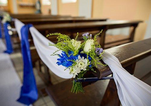 decorazione con dei fiori di color blu e bianco in una chiesa