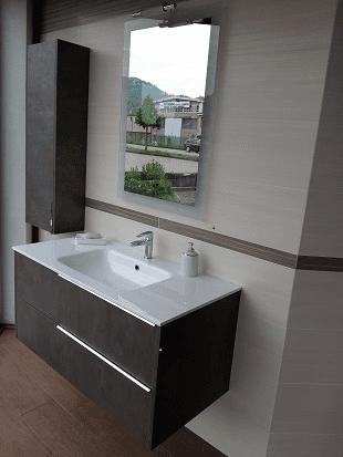 bagno con mobili marroni