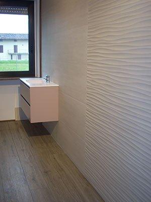 un bagno con piastrelle di color bianco