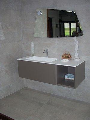 un bagno grigio