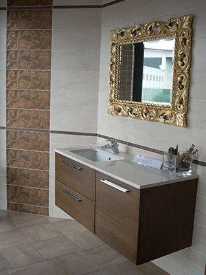 bagno con specchio dorato