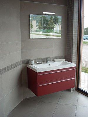 bagno con lavandino rettangolare e mobile rosso