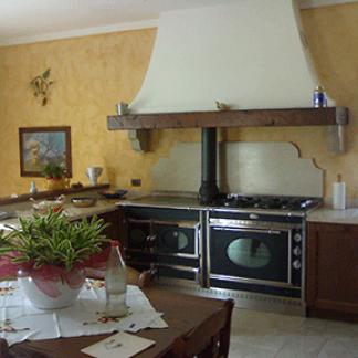 Cucina frassino laccato con pensili in vetro verniciato