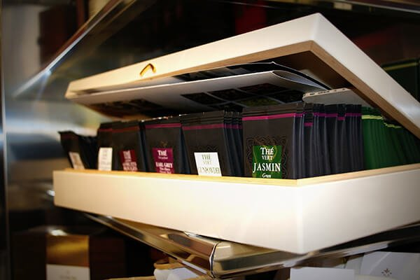 scatola con bustine di te in un locale per aperitivo Bar Lux a Roma