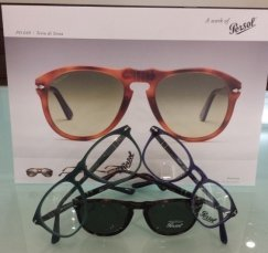 esposizione di occhiali persol