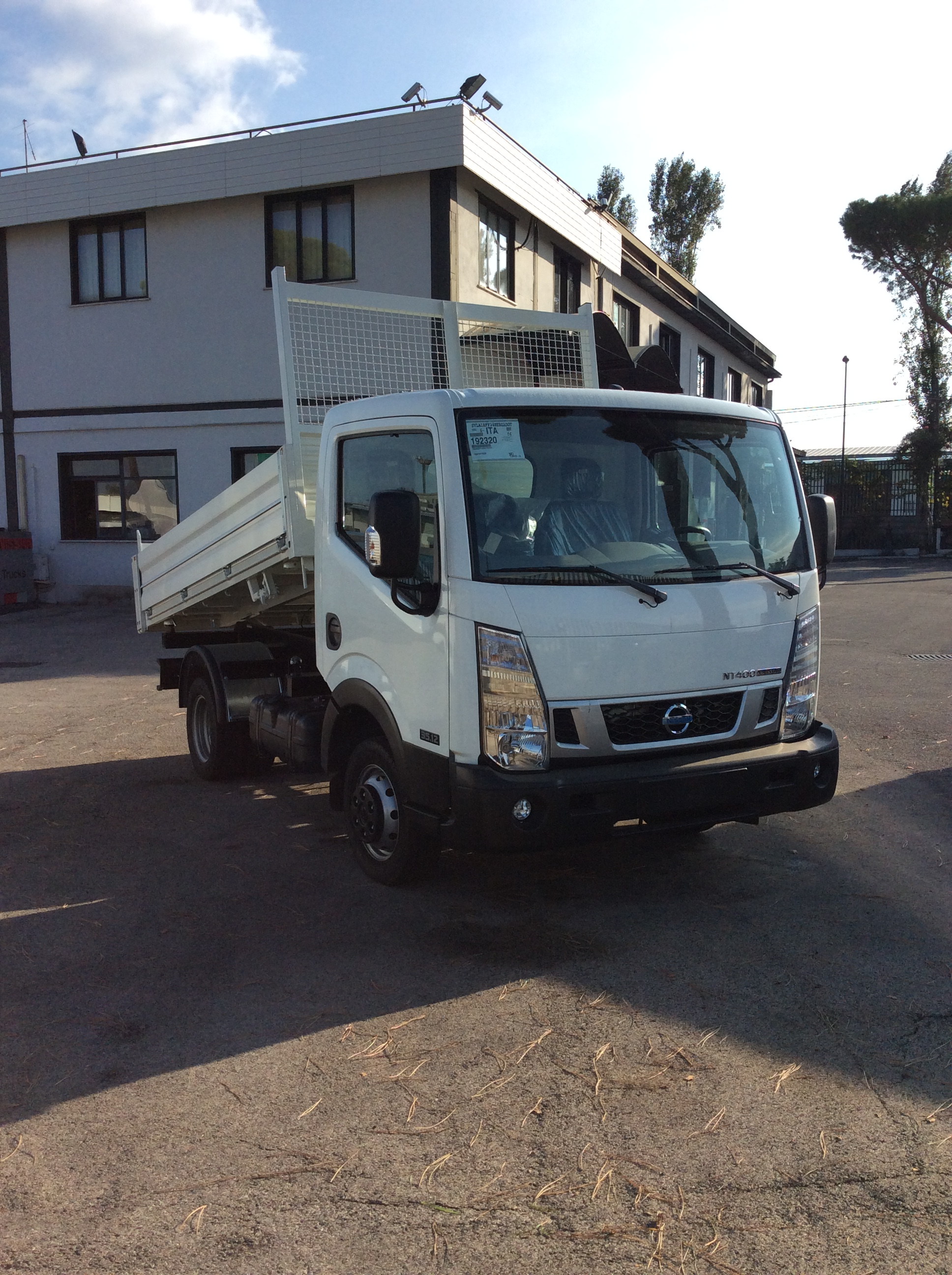 Camion Nissan per scaricare materiali