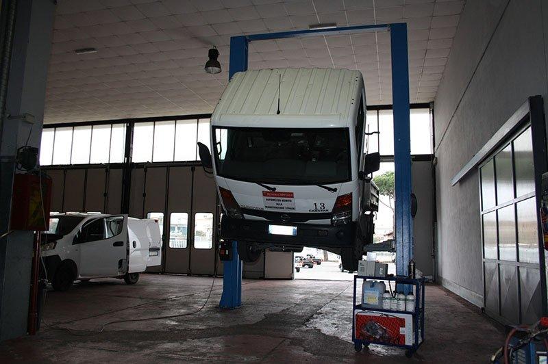 un camion sul ponte per la riparazione veicoli Industriali a Roma