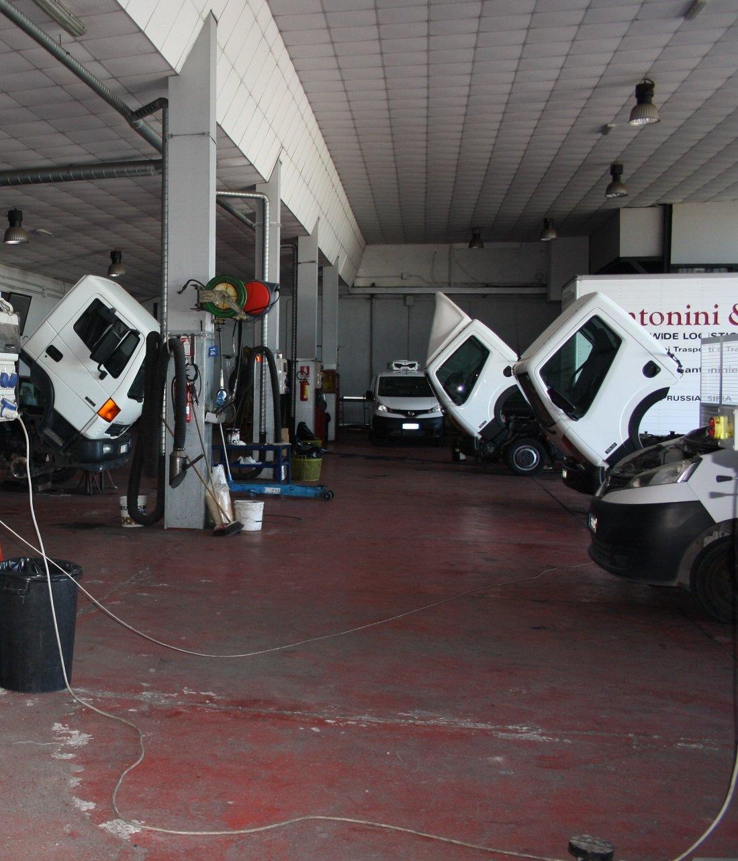 Camion in riparazione dentro l'officina