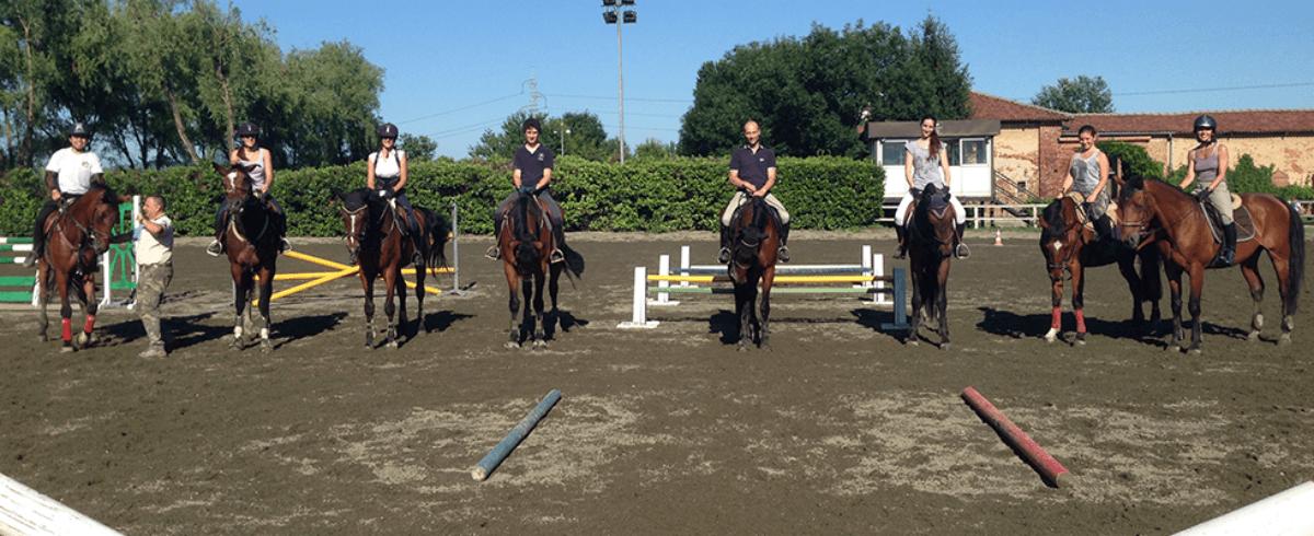 fantini e cavalli in maneggio