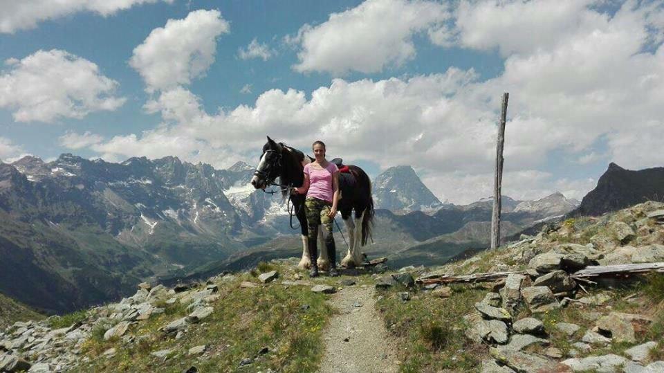 una donna e un cavallo su una montagna